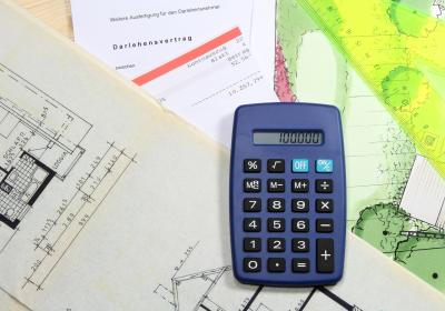 Kalkulieren bei der Bauplanung: Taschenrechner und Bauzeichnungen