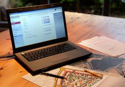 Laptop mit dem Folgekostenrechner Rheinland-Pfalz